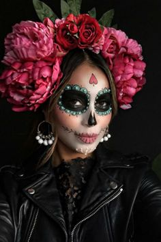 "Unicorns and Co .: These are the coolest Halloween costumes 2 Einhörner und Co.: Das sind die coolsten Halloween-Kostüme 2016 The figure ""La Catrina"" actually comes from Mexico – as a costume it is not only cool, but also quite fashionable. Costume Halloween, Happy Halloween, Halloween Makeup Looks, Halloween 2016, Halloween Makeup Sugar Skull, Pretty Halloween, Sugar Skull Costume, Scary Halloween, Halloween Crafts"