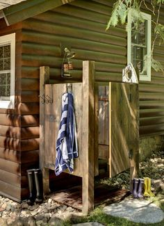 16 Super creative DIY Outdoor Showers : save water, great for the garden, and SO MUCH FUN!! - A Piece of Rainbow