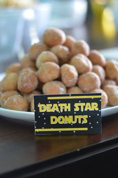 Wars Party Decor Star Wars Party Decor - The Journey of Parenthood.Star Wars Party Decor - The Journey of Parenthood. Star Wars Party Food, Star Wars Food, Theme Star Wars, Star Wars Decor, Star Wars Day, Star Wars Party Decorations, Star Wars Essen, Aniversario Star Wars, Party Stuff