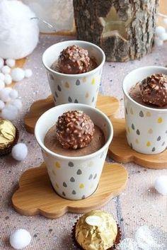 Crèmes aux Ferrero Rocher Ou autres chocolats de Noël ou de Pâques ! Les ingrédients : (pour 8 verrines) – 50cl de lait (fonctionne avec du lait végétal également) – 1 oeuf – 25g de sucre – 8 Ferrero Rocher + 8 pour décorer – 10g de Maïzena