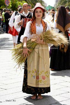 Sardinian festa Ragazza sarda in costume tradizionale Sardinian People, Costumes Around The World, Country Dresses, Sardinia Italy, Beautiful Costumes, Folk Costume, People Of The World, Sicilian, Traditional Dresses