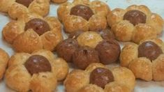 ΝΗΣΤΙΣΙΜΑ ΚΟΥΛΟΥΡΑΚΙΑ ΠΟΡΤΟΚΑΛΙΟΥ 1 κούπα του νες σπορέλαιο 1 κούπα ζάχαρη 1 κούπα χυμό πορτοκαλιού 1 κ.γ. σόδα σκόνη ξύσμα από ένα πορτοκάλι αλεύρι για όλες τις χρήσεις 5-6 κούπες περίπου 1 μπέικιν 4 κ σ κακαο Εκτέλεση Σε μια λεκανη χτυπαω το λαδι με Greek Sweets, Doughnut, Biscuits, Muffin, Cookies, Breakfast, Desserts, Food, Lent
