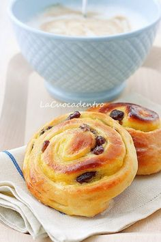 lined with parchment paper, brush them with the albumen and - colazione - Krapfen Good Morning Breakfast, Breakfast Toast, Perfect Breakfast, Cupcakes, Cake Cookies, Coffee Cake Muffins, Bread And Pastries, Sweet Bread, Just Desserts