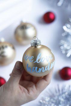Lettering Christmas tree balls with embossing: Calligraphy DIY Christmas Diy, Christmas Bulbs, Christmas Decorations, Holiday Decor, Calligraphy Diy, Calligraphy Christmas, Christen, Emboss, Our Love