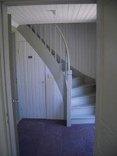 Har letat lite efter bilder på trappor i torp och det var inte helt lätt… Hittade en bild som är väldigt lik min trappa i modellen!  Jag vill dock inte ha pärlspont på städskrubbsdörren eftersom…