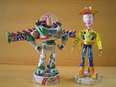 Esculturas feitas com-latinhas de cerveja e refrigerantes por makaon , dos personagens de toy store