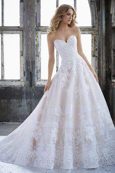 ffe7d46913 Hercegnő stílusú esküvői ruha szív alakú nyakkivágással, alencon csipkével  díszített tüll szoknyával. A Morilee