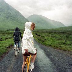 ❤️VILLOID girls passer på deg slik at du alltid ser stillig ut - selv i regnet 🌧 30% rabatt på de überkule Stutterheim regnfrakkene 💦(lenken i bio )📷@maartengreen ad @diendewinter Joy Of Life, Skyfall, Bradley Mountain, Bike, Explore, Adventure, Travel, Beautiful, Instagram