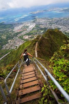 Quattromila scalini di ferro portano verso il cielo. E' il sentiero  hawaiiano più sconsigliato a chi soffre di vertigini e ha come mèta il  monte Puukeahiakahoe, che ospita alcune antenne radio risalenti alla  Seconda Guerra Mondiale. Un percorso spettacolare, chiamato Haiku e noto  a