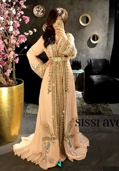 Abaya Style 386676317999585665 - Romeo haute couture Source by Morrocan Dress, Moroccan Bride, Moroccan Caftan, Gala Dresses, Bridal Dresses, Modesty Fashion, Fashion Dresses, Abaya Mode, Party Dresses With Sleeves