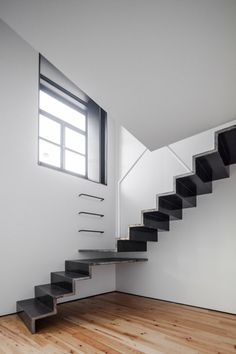 Professionals in staircase design, construction and stairs installation. In addition EeStairs offers design services on stairs and balustrades. Cantilever Stairs, Metal Stairs, Modern Stairs, Interior Stairs, Interior Architecture, Black And White Stairs, Tiny House Stairs, Escalier Design, Stair Steps
