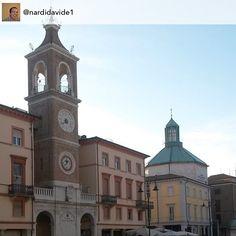 Nella nostra #PiazzaTreMartiri svettano il #Campanile dell'orologio e il #Campanile della chiesa #myrimimi #raccontarimini