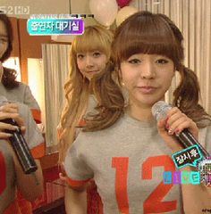 Jessica in the back. Lol sunny. it's so funny how they hate it whenever Sunny does aegyo