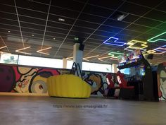 Animations Néon Salle de jeux Animation, Fabricant, Lyon, Basketball Court, Bowling Ball, Game Room, Dance Floors, Animation Movies, Motion Design