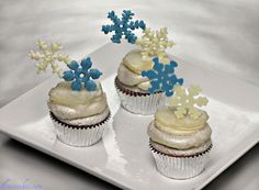 Awesome tutorial on making candy snowflakes.  I' thinking of putting the snowflakes directly on a round cookie.