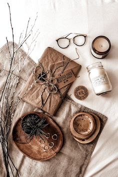 Cozy Aesthetic, Autumn Aesthetic, Brown Aesthetic, Aesthetic Vintage, Aesthetic Photo, Aesthetic Pictures, Flat Lay Photography, Coffee Photography, Autumn Photography