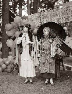 This is a picture from 1925. It shows two women at an outdoor party.