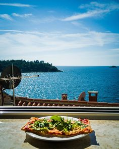 Nice was to have some Lunch. #phonepic . . . #rovinj #sea #ocean #holiday #sun #amazingview #couldgetusedtothis #pizza #food #sun #croatia #outseason #huaweip9lite
