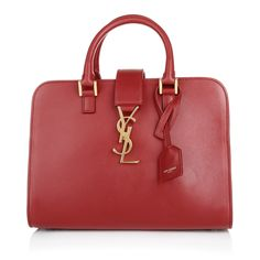 Chic, timeless and classic sums up the 	fabulously beautiful tote bag from Saint Laurent. You want to add some classic chic to your office look or give it a little bit ease - no problem at all with the Monogram Cabas. Additionally the bright red emphasised the fantastic italian leather and provides an extra touch of summer glow! Fashionette.de