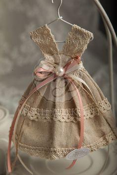 Μπομπονιέρες βάπτισης για κορίτσι υφασμάτινο φόρεμα με βαμβακερή δαντέλα, κορδέλες και περλίτσα στη μέση