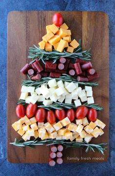 Easy Holiday Appetizer Idea - A simple and satisfying appetizer you can make in minutes! Need a simple and satisfying appetizer you can make in minutes? This Easy Holiday Appetizer Idea is the perfect cheese platter for the holidays! Christmas Party Food, Xmas Food, Christmas Appetizers, Christmas Cooking, Christmas Cheese, Christmas Bread, Christmas Meals, Christmas Place, Xmas Party