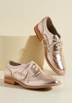 Talking Picture Oxford Flat - And now for your feature presentation - these metallic pink wingtips! Putting a flashy spin on the classic style, these thrilling, faux-leather kicks boast beige laces, sandy-colored soles, and tons of personality. High Heels Outfit, Oxford Shoes Outfit, New Shoes, Women's Shoes, Shoes Men, Oxford Flats, Shoes Style, Rose Gold Dress Shoes, Rose Gold Loafers