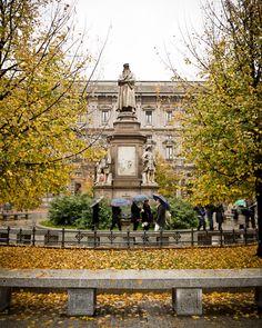 4. Nel il centro di Piazza della Scala, la statua di Leonardo da Vinci da Pietro Magni fermata. La statua ha fatto nel 1872 e il Piazza della Scala collega a ilPiazza del Duomo via il Galleria Vittorio Emanuele II.
