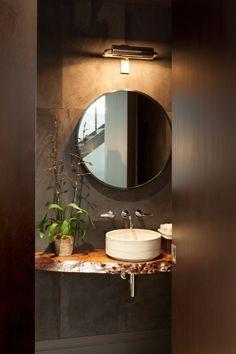 meubles en bois massif pétrifié- plan vasque en bois fossilisé et miroir rond