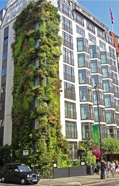 Athenæum Hotel London vertical garden by Patrick Blanc. What if every available wall space in the city was covered with plants? Think what that would do for our health and wellbeing, not to mention the air quality around us. Urban Landscape, Landscape Design, Garden Design, Green Architecture, Landscape Architecture, Vertical Green Wall, Green Facade, Vertical Farming, Vertical Gardens