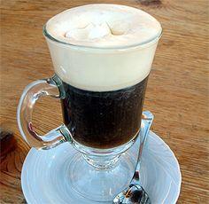Café vienés: Ingredientes para 4 personas: 1/2 Litro de Café de Cafetera 80gr de Chocolate Negro puro en tableta, 250ml de Nata para montar, Azúcar, Canela en polvo. derrite el chocolate junto con un poquito de nata (1 vaso de natal) Cuando el chocolate esté derretido y sin grumos, vete añadiendo poco a poco el café al tiempo que remueves para que la mezcla se vaya ligando, Sirve la mezcla en las tazas y por último echa nata montada sobre cada copa, Espolvorea canela sobre la nata y que cada