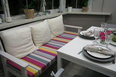 Скамейка - более мобильный вариант, чем громоздкий диван, который был бы не уместен на кухне. Мы покрасили ее белой краской и положили мягкий матрас и вязаные подушки.