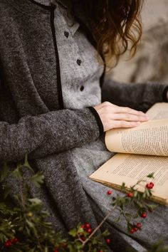 A Good book, cozy layers and Autumn flowers. How is your Sunday going?❤ The Twill Linen Classic Dress and Garden Coat in Grey Frost💫… Good Books, Books To Read, Reading Books, Girl Reading Book, Reading Quotes, Book Quotes, Book Aesthetic, Foto Art, Foto Pose