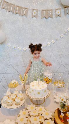 1st Birthday Party For Girls, Girl Birthday Themes, 2nd Birthday, Birthday Ideas, Daisy Party, Diy Birthday Decorations, Birthdays, Party Ideas, Cakes