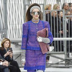 """#modacomglamour A tendência futurista um marco da década de 60 voltou a ser """"novidade fashion"""". Roupas tecnológicas metalizadas e com estruturas """"diferentonas"""" inspiraram desfiles da Chanel (@chanelofficial) e Issey Miyake (@isseymiyake__) além do street style em festivais de música. Saiba mais no link da nossa bio  via GLAMOUR BRASIL MAGAZINE OFFICIAL INSTAGRAM - Celebrity  Fashion  Haute Couture  Advertising  Culture  Beauty  Editorial Photography  Magazine Covers  Supermodels  Runway…"""
