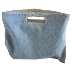 Joli Sac en Jeans doublé à l'intérieur Peut se porter en Pochette en le pliant Dimensions 39 cm x 31 cm dimensions en le rabattant en pochette 39 x 17 cm La couleur exacte du jean est plus représentée sur les photos 4 et 5.