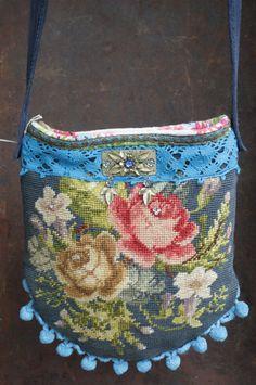 Schattig; aan de slag met oud kussenovertrek. Fabric Beads, Fabric Scraps, Gobelin, Carpet Bag, Tapestry Bag, Handmade Purses, Boho Bags, Linens And Lace, Vintage Purses