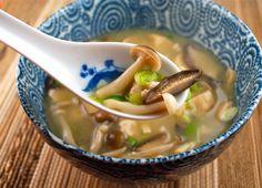 Zuppa di miso vegan con funghi, cavolfiori e cavolo cinese, che delizia (foto:clearspring.co.uk) Miso, tradizione giapponese ma in versione vegana Il miso è un condimento derivato dalla soia che ha un sapore molto forte e una sapidità importante. Zuppa di Miso vegan Il miso nella tradizione