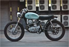 It is the first time we feature a bike from British custom builder Auto Fabrica, and boy what a beauty this is. Bujar Muharremi and his crew work essentially on Yamaha this is already the to roll out of their London Garage. Named Type Blitz Motorcycles, Vintage Motorcycles, Custom Motorcycles, Custom Bikes, Small Motorcycles, Yamaha Cafe Racer, Yamaha 125, Yamaha Sr400, Honda Scrambler