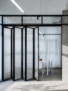 Architecture studio studio office marries transparency and privacy in minimalist harmony studio office in shenzhen is an open space with white linen drapes Open Space Office, Industrial Office Space, Glass Office, Grey Interior Doors, Patio Interior, Office Interior Design, Open Office Design, Showroom Design, Office Designs