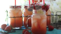 Strawberry Vanilla Bean Sparkling Lemonade 1 cup water ⅓ cup maple sugar 1 cup hulled and sliced strawberries 1 vanilla bean, cut in half, beads removed with the back of a knife 1 cup freshly squeezed lemon juice zest of ½ lemon cup sparkling water Sparkling Lemonade, Peach Lemonade, Strawberry Lemonade, Strawberry Recipes, Best Paleo Recipes, Diet Recipes, Party Recipes, Rhubarb Gin, Honey Lime Chicken
