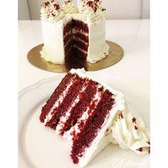 Bonjour tout le monde, Je vous publie aujourd'hui la recette d'un nouveau layer cake. Le red velvet ! Un délicieux biscuit rouge vif et une cheesecream. Vraiment un délice, et facile à …