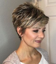 ▷ 1001 + ideas for beautiful and elegant short haircuts for women cute short haircuts for girls, brown hair, blonde highlights, grey cardigan, white top Short Hair Older Women, Haircut For Older Women, Short Brown Hair, Short Hair Updo, Short Hair With Layers, Short Hair Over 50, Brown Hair With Blonde Highlights, Hair Highlights, Short Hair Trends