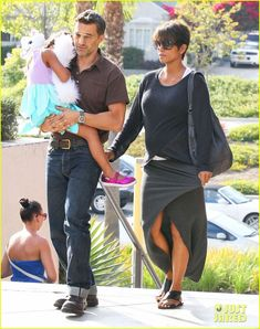 Halle Berry & Olivier Martinez Go to the Movies with Nahla!: Photo Halle Berry and Olivier Martinez head into the movie theater at the Century City Mall on Wednesday afternoon (July in Century City, Calif. The married couple… Halle Berry Short Hair, Halle Berry Style, Stylish Maternity, Maternity Wear, Maternity Fashion, Kingsman, Halle Berry Husband, Cool Short Hairstyles, Short Hair Styles