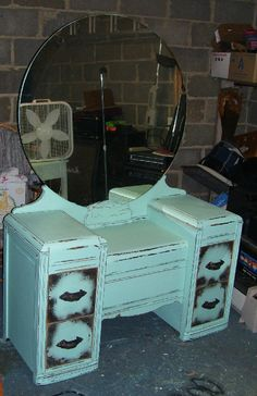 revamped vintage vanity- ooooh so chic :) My Furniture, Furniture Makeover, Vintage Furniture, Painted Furniture, Furniture Refinishing, Furniture Projects, Retro Dressing Table, Shabby Chic Dressing Table, Dressing Tables