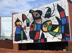 Localizado no campus da Universidade Estadual de Wichita em 1845 Fairmount Street, a fachada do Museu de Arte Ulrich apresenta 1.978 mosaico de vidro mural de Joan Miro Personnages Oiseaux . Foto por Brent Danley via Flickr - See more at: http://arts.gov/blue-star/2010/whats-view-ulrich-museum-art#sthash.kRDLsaZP.dpuf