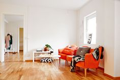 Daring color In this two-room apartment of ² all in length, an orange sofa was the choice and is the whole point of the lounge with its vitaminized color. Orange Sofa, Lounge, House Tours, Sweet Home, Couch, Decoration, Interior, Room, Furniture