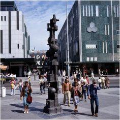18 Septemberplein met het plastiek van Jits Bakker eind jaren zeventig, gefotografeerd door Jan Bijvank. Collectie RHCe Doorklikken!
