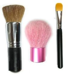 Stay gorgeous on the go with this set of handy makeup brushes. It's got everything you need for emergency touch-ups. Cosmetic Brushes, It Cosmetics Brushes, Makeup Brushes, Natural Make Up, Wax, Touch, Pure Products, Cara Makeup Natural, Paint Brushes