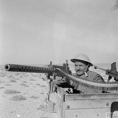 Soldats polonais de la brigade indépendante polonaise des fusiliers des Carpates équipé d'une mitrailleuse Browning de 1919 de 30 pouces montée sur un Universal Carrier face aux forces allemandes et italiennes autour de Carmuset er Regem (Karmusat ar Rijam) près de Gazala. Le 16 février 1942.