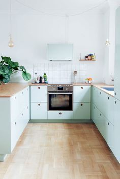 Do you want to have an IKEA kitchen design for your home? Every kitchen should have a cupboard for food storage or cooking utensils. So also with IKEA kitchen design. Here are 70 IKEA Kitchen Design Ideas in our opinion. Mint Green Kitchen, Pastel Kitchen, Kitchen Yellow, Neutral Kitchen, Kitchen Black, Kitchen Cabinet Colors, Kitchen Cabinets, Ikea Cabinets, Green Cabinets